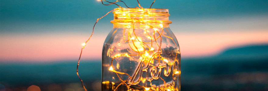 Guirlande lumineuse LED d'extérieur posée dans un bocal en verre